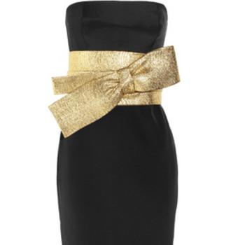 Vestido de noche en color negro, con cinturón dorado en forma de lazo a la cintura, de Notte by Marchesa. Foto: net-a-porter