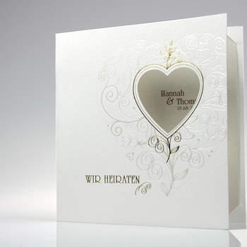 """<a> title="""" Einladungskarte in Creme"""" href=""""http://www.cardbycard.de/Art%20Premium%20(%3Csmall%3E%3Cb%3Emit%3C/b%3E%20Eindruck%3C/Hochzeitskarte-gehaemmert-mit-Ausstanzung,detail,1111380555.html"""" target=""""_blank""""></a>"""