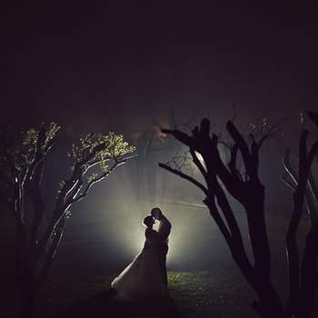«Escolhi esta como sendo uma das melhores fotos deste ano porque  representa o amor. Mesmo na escuridão de uma noite com chuva consegui captar a essência deste casal, porque o amor não escolhe horas nem condições atmosféricas.»  www.joaoalmeidafotografia.com