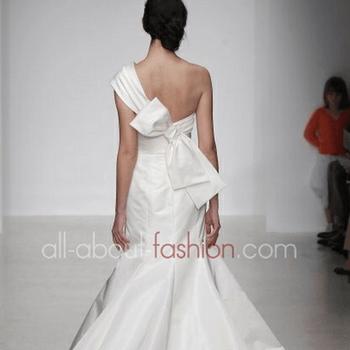 Forme asimmetriche e tessuti leggiadri per la nuova collezione Amsale
