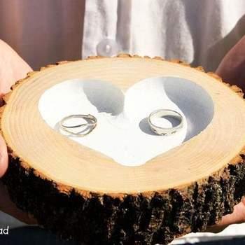 Portafedi realizzato nella corteccia lavorata di un albero