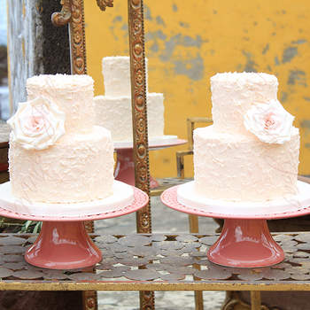 """<a href=""""https://www.zankyou.pt/f/maria-joao-bolos-arttisticos-16837"""">Bolo de Noiva Casamento C&B. Foto: Maria João - Bolos Artísticos </a>"""