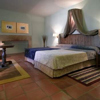 """Las habitaciones de la noche de bodas deben ser especiales. Detalles como los de esta suite del Parador de Trujillo en la que los toques modernos se mezclan con detalles que nos trasladan al pasado, hacen de sus habitaciones lugares únicos para iniciar vuestra vida de casados. Foto: <a href=""""http://zankyou.9nl.de/wdbk"""" target=""""_blank"""">Paradores</a><img src=""""http://ad.doubleclick.net/ad/N4022.1765593.ZANKYOU.COM/B7764770.4;sz=1x1"""" alt="""""""" width=""""1"""" border=""""0"""" /><img height='0' width='0' alt='' src='http://9nl.de/xyl3' />"""