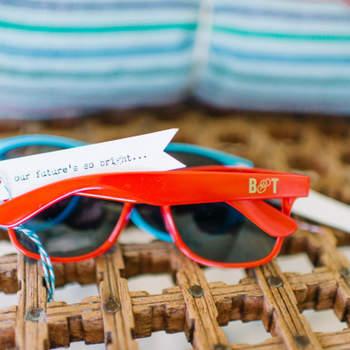 Para gafas de sol en bodas marineras los tonos predilectos serán rojo, azul y blanco. Foto: Jillian Mitchell Photography