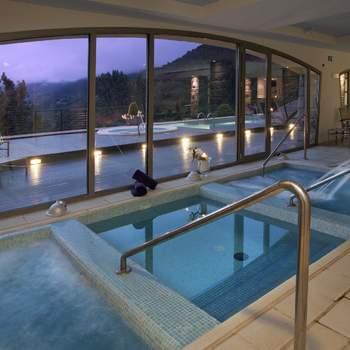 "Las piscinas interiores del spa del Parador de Vielha te permitirán tomar un relajante baño contemplando sus espectaculares vistas. Foto: <a href=""http://zankyou.9nl.de/wdbk"">Paradores</a><img src=""http://ad.doubleclick.net/ad/N4022.1765593.ZANKYOU.COM/B7764770.4;sz=1x1"" alt="""" width=""1"" border=""0"" /><img height='0' width='0' alt='' src='http://9nl.de/xyl3' />"