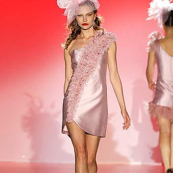 Vestido corto color rosa palo con tocado a juego.  Foto: BBW / Cibeles Madrid Novias