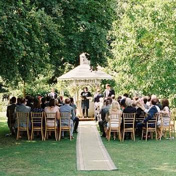 Decoración de la ceremonia con el altar de fondo.