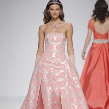 Вечернее платье в стиле принцессы, розового цвета, без руковов, с длинными перчатками.