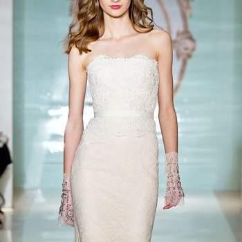 Длинное свадебное платье по фигуре из атласной ткани, на бретельках.