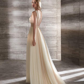 Vestido de novia color vainilla con cuerpo de encaje y suaves capas de tul.