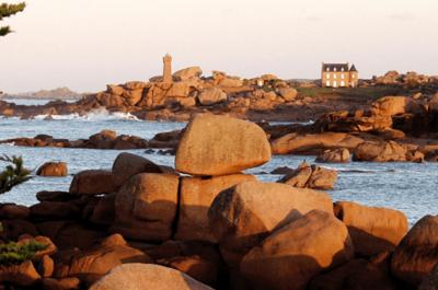 Un mariage aux couleurs bleu azur sur la côte de granit rose