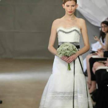 Vestido de noiva branco com cinto e aplicações em preto, da colecção Carolina Herrera Primavera 2013.