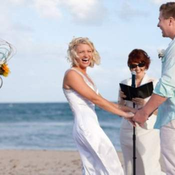 Un momento divertido de la ceremonia frente al mar.