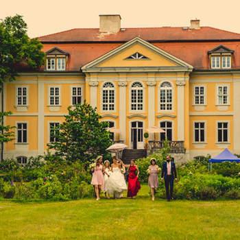 Schloss Stülpe: Der ideale Ort, um sich das Ja-Wort zu geben! Romantisches Trauzimmer, festlich dekorierte Tische, romantische Arrangements, Feuerwerk im Schlosspark – hier können Sie rauschende oder auch intime Feste mitten in der Natur feiern!
