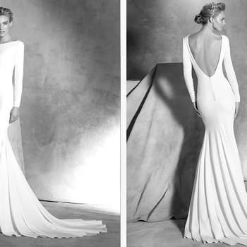 Vestido simples de noiva em crepe, estilo sereia. Corpo com manga comprida com botões forrados no punho. Costas grandes com decote em bico e botões forrados.
