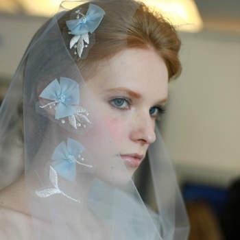 Voile de mariée de couleur bleu pâle, avec broderies argentées