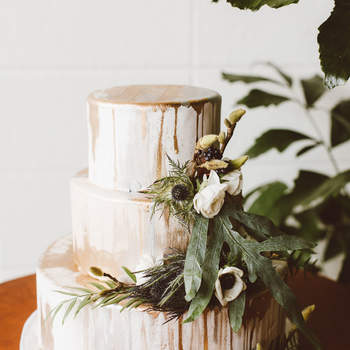 Inspiração para estilo Drip Cake em bolos de casamento de 3 andares | Créditos: Red Aspen Photography