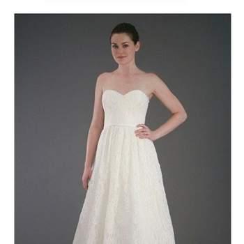 A colecção de vestidos de noiva e acessórios Jenny Yoo acaba de ser enriquecida com algumas peças absolutamente adoráveis. E os modelos versáteis desta estilista não deixam de nos surpreender.