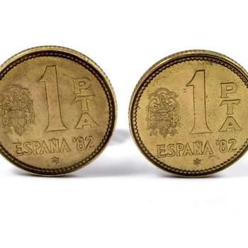 """¿Recuerdas las antiguas pesetas? Puedes llevarlas en tu gemelo. Foto: <a href=""""https://www.zankyou.es/f/gemelolandia-21113"""" target=""""_blank"""">Gemelolandia</a>"""