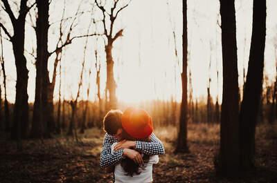 Sesja narzeczeńska, w której czuć ciepło otulającego jej koca, jego ramion i słońca. Zapraszamy na leśny spacer!
