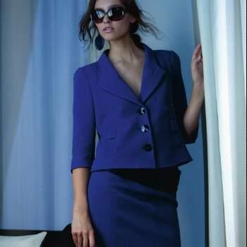 Completo blu elettrico con giacca corta e scollata e gonna a tubo iperfemminile. Giorgio Armani A/I 2012-13. Foto: www.armani.com