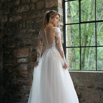 Modelo 44061, vestido de novia de manga larga con transparencias y aplicaciones de encaje en las mangas