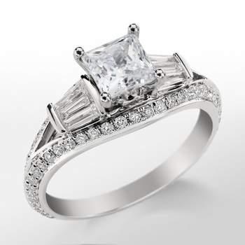 Anillo de compromiso, con diamantes de corte pavé y baguette sobre montura de platino, y zafiro en color rosa. Foto: Blue Nile