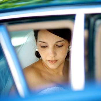 «Pelo contraste telúrico e cromático do tom de pele com o azul das molduras feitas pela janela do automóvel, a noiva relaxada depois da cerimónia e o noivo, do lado esquerdo, arrumando o vestido.»  www.fernandocol.com