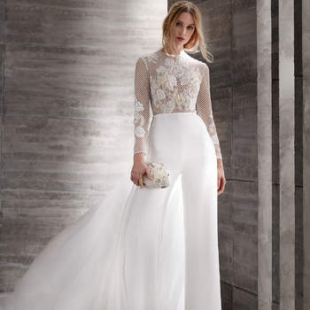 Para las novias más atrevidas y alternativas. Un modelo compuesto de pantalón, cuerpo bordado y transparencias y una ligera cola que sale de la cintura.