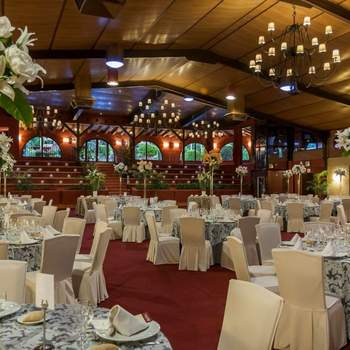 Un equipo de profesionales con una gran experiencia en la organización de bodas exclusivas en Madrid, os ayudará a planificar y llevar a cabo el gran día, gracias a un amplio abanico de servicios.