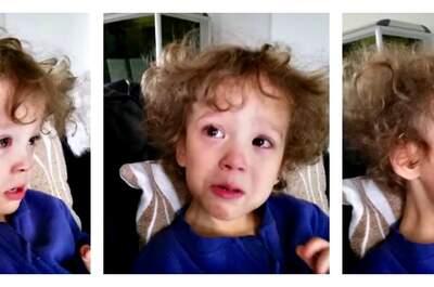 A deux ans, un petit garçon pleure en découvrant la vidéo du mariage de ses parents