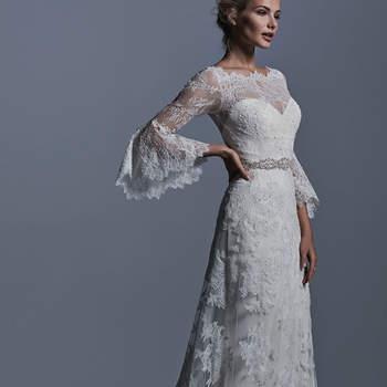 """Boho-Romantik ist bei diesem Brautkleid angesagt. In A-Linie gearbeitet und mit Trompeten-Ärmeln besticht das Brautkleid durch den trendigen Illusions-Ausschnitt in der Vorder- und Rückansicht.    <a href=""""http://www.sotteroandmidgley.com/dress.aspx?style=5SR612"""" target=""""_blank"""">Sottero &amp; Midgley</a>"""