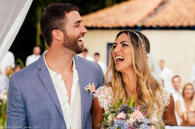 Casamento na praia e ao pôr do sol de Marcela & Guilherme: alegria contagiante com direito à arco-íris!