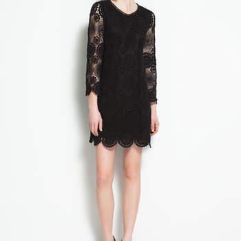 Un modèle Zara ultra élégant. Jeu de transparence, manche 3/4 et broderies raffinées donnent beaucoup de chic à cette robe noire. Photo : www.zara.com