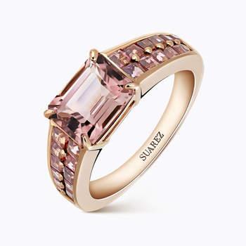 Sortija de oro rosa con turmalina rosa central talla esmeralda con turmalinas rosas talla carré en los brazos. Credits: Suarez