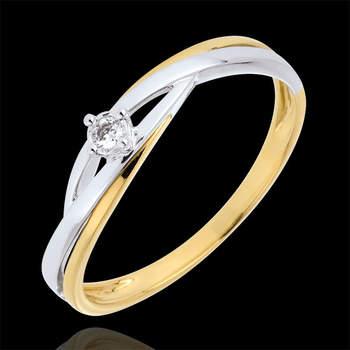 Original anillo compuesto por un diamante solitario de 0,03 quilates abrazado por un dúo de oro blanco y amarillo de 9 quilates de un modo delicado y elegante. Foto: Edenly.  http://tinyurl.com/ca7llxx