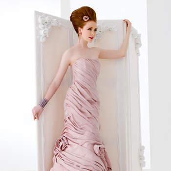 abito sposa di linea a sirena, in tafta' rosa antico drappeggiato a formare rose al fondo.