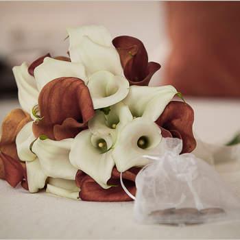 Brautstrauß mit roten und weißen Blumen- Foto: Chema Naranjo