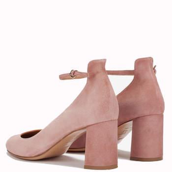 Zapatos de tacón medio en ante rosa con pulsera en el tobillo. Credits:  Pura López