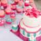 Además de colocar un pastel de boda ofrece cupcakes con el mismo motivo. Foto: Mon et Mine