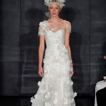 Robe de mariée blanche bustier. Jeu de transparence avec fleurs apposées sur la robe. Une robe mariée Reem Acra Automne 2012 de toute beauté. Source : Reem Acra
