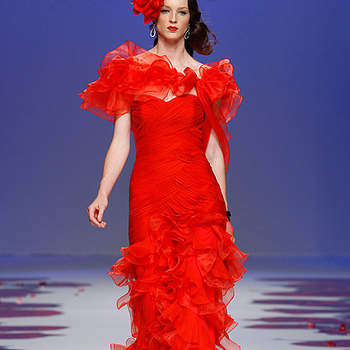 Robe de soirée rouge dotée de volants. Barcelona Bridal Week/ Cibeles Madrid Novias