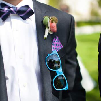 Las gafas de color destacarán el estilo desenfadado del novio. Foto: Wren & Field Photography