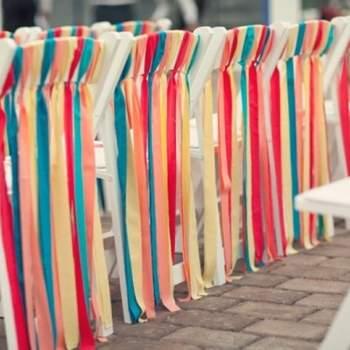 Utilizar fitas é uma forma diferente de decorar seu casamento. Além de dar um efeito lindo, pode ser feito por você mesma. Inspire-se nestas ideias de decoração. Da mesa de doces às cadeiras.