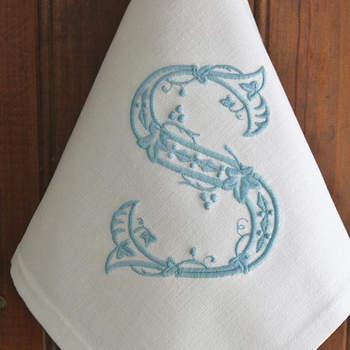Toalhas bordadas com as iniciais. Credits: Etsy