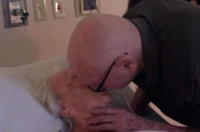 Un homme fredonne une chanson d'amour bouleversante à son épouse malade