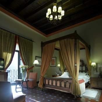 """Como no todo vale en la noche de bodas, en Paradores cuidan los detalles de cada una de sus habitaciones al milímetro para que todo sea perfecto. En la imagen, habitación de matrimonio del Parador de Úbeda. Foto: <a href=""""http://zankyou.9nl.de/wdbk"""" target=""""_blank"""">Paradores</a><img src=""""http://ad.doubleclick.net/ad/N4022.1765593.ZANKYOU.COM/B7764770.4;sz=1x1"""" alt="""""""" width=""""1"""" border=""""0"""" /><img height='0' width='0' alt='' src='http://9nl.de/xyl3' />"""
