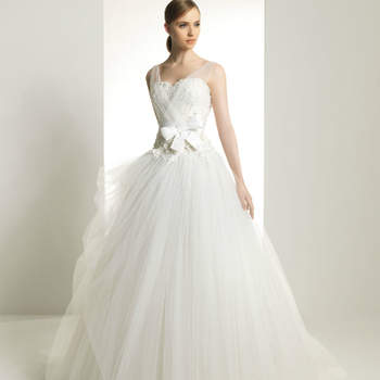 As criações de Zuhair Murad para Rosa Clará 2013 inspiraram-se na 'Idade da Beleza'. Resultado: vestidos de noiva volumosos e sofisticados, com belíssimos apontamentos em renda e bordado.