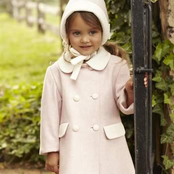Opta por este abrigo con gorrito a juego en tonos rosas para proteger a tu hija del frío. Foto: Óscar de la Renta