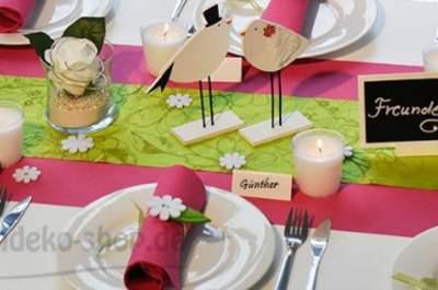 Dekorative Hochzeitstafel mit kreativer Tischdekoration